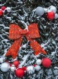el árbol del Año Nuevo en el cuadrado de ciudad se adorna con las esferas y las guirnaldas hermosas Imágenes de archivo libres de regalías