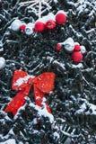 el árbol del Año Nuevo en el cuadrado de ciudad se adorna con las esferas y las guirnaldas hermosas Fotografía de archivo