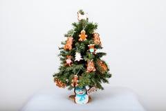 El árbol del Año Nuevo y las galletas hechas a mano Foto de archivo libre de regalías