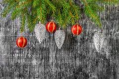 El árbol del abeto del Año Nuevo y de la Navidad del día de fiesta juega Fotos de archivo