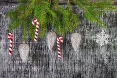 El árbol del abeto del Año Nuevo y de la Navidad del día de fiesta juega Imagenes de archivo