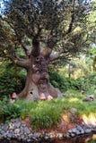 El árbol del cuento de hadas que habla en el bosque del cuento de hadas en el tema Imagen de archivo