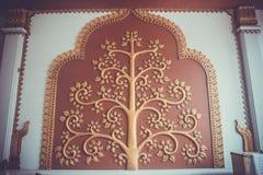 El árbol del diseño del oro del estilo tailandés Fotos de archivo libres de regalías