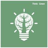 El árbol del lanzamiento verde de la idea crece en una bombilla Foto de archivo