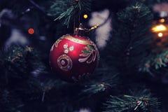 El árbol 2018 del regalo de la Feliz Año Nuevo usted protagoniza nieve de la Navidad Imágenes de archivo libres de regalías