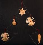 El árbol exhausto del Año Nuevo con joyería de la paja Fotos de archivo libres de regalías