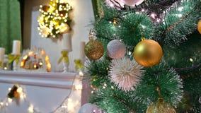 El árbol interior de la Navidad y el Año Nuevo juega luces del centelleo y el sitio de la chimenea Fotografía de archivo libre de regalías
