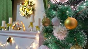El árbol interior de la Navidad y el Año Nuevo juega luces del centelleo y el sitio de la chimenea Fotos de archivo