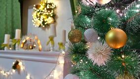El árbol interior de la Navidad y el Año Nuevo juega luces del centelleo y el sitio de la chimenea Fotos de archivo libres de regalías