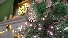 El árbol interior de la Navidad y el Año Nuevo juega luces del centelleo y la chimenea del sitio Fotos de archivo libres de regalías