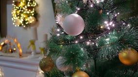 El árbol interior de la Navidad y el Año Nuevo juega luces y la chimenea del centelleo Fotos de archivo libres de regalías