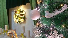 El árbol interior de la Navidad y el Año Nuevo juega luces y la chimenea del sitio del centelleo Imágenes de archivo libres de regalías