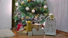 El árbol interior de los regalos de la Navidad y el Año Nuevo juega luces y la chimenea del centelleo del sitio Imagen de archivo