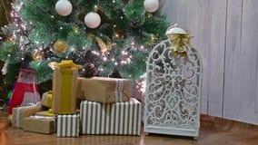 El árbol interior de los regalos de la Navidad y el Año Nuevo juega luces y la chimenea del sitio del centelleo Foto de archivo
