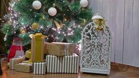 El árbol interior de los regalos de la Navidad y el Año Nuevo juega luces y la chimenea del sitio del centelleo Imagenes de archivo