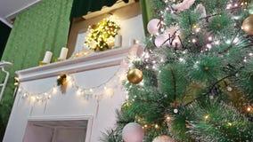El árbol interior del sitio de los regalos de la Navidad y el Año Nuevo juega luces y la chimenea del centelleo Foto de archivo