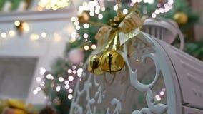 El árbol interior del sitio de los regalos de la Navidad y el Año Nuevo juega luces y la chimenea del centelleo Imagen de archivo libre de regalías