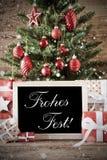 El árbol nostálgico con el Fest de Frohes significa Feliz Navidad imagenes de archivo