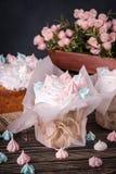 El árbol sabroso adorna las tortas en una tabla de madera oscura Imagen de archivo libre de regalías