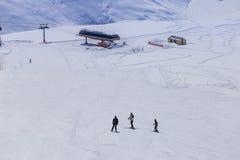 El árbol sirve el esquí abajo en hil en fondo del stantion en el Cáucaso, Gudauri Fotografía de archivo libre de regalías