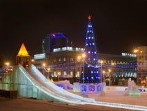El árbol y el hielo del Año Nuevo resbalan en cuadrado de la revolución Imagenes de archivo