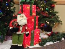 El árbol y los presentes de Papá Noel Foto de archivo