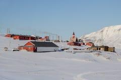 El área cerca de la iglesia en Longyearbyen, Spitsbergen (Svalbard) Foto de archivo