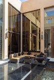 El área de recepción al aire libre del hotel moderno con el sofá al aire libre fijó en Abu Dhabi, UAE Foto de archivo