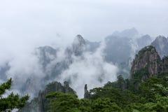 El área escénica de Huangshan del soporte Las nubes se aflojaron para arriba del valle fotos de archivo libres de regalías