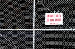 El área insegura detrás de una cerca con no entra Imagenes de archivo