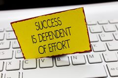 El éxito de la escritura del texto de la escritura es dependiente de esfuerzo El significado del concepto hace esfuerzo para tene imagen de archivo