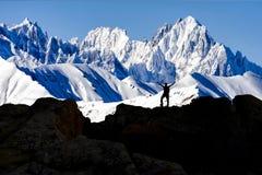 El éxito del alpinismo, el obstáculo desafiador y el descubrimiento se aventuran foto de archivo