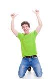 El éxito del estudiante manosea con los dedos para arriba Imágenes de archivo libres de regalías
