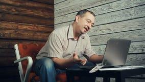 El éxito del freelancer que trabaja en el ordenador almacen de video
