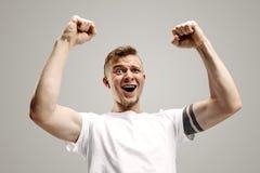 El éxito que gana sirve la celebración extática feliz siendo un ganador Imagen enérgica dinámica del modelo masculino imágenes de archivo libres de regalías