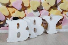 El ² у del piso Ð'аРde gran capacidad de las letras blancas en un fondo de corazones dispersados Fotografía de archivo libre de regalías