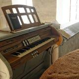 El órgano en el lado Axente separa la iglesia en Frauendorf, Rumania Fotos de archivo