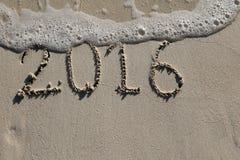 2016, el último año firma en la playa Foto de archivo libre de regalías