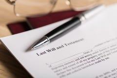 El último y el documento del testamento con la pluma y imagen de archivo