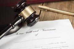 El último y la forma del testamento con el mazo imagen de archivo