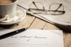 El último y la forma del testamento con el mazo fotos de archivo
