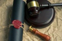 El último y el testamento en el papel amarillento con el documento de madera del mazo del juez es maqueta imagen de archivo libre de regalías