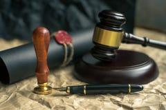 El último y el testamento en el papel amarillento con el documento de madera del mazo del juez es maqueta fotos de archivo