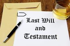 El último y testamento y vidrio de whisky fotos de archivo libres de regalías
