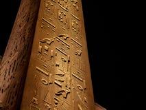 El único obelisco restante en el templo de Luxor iluminó en la imagen del detalle de la noche fotos de archivo libres de regalías