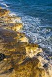 El ‹del †del ‹del †del mar agita la fractura en las rocas de la orilla Imagen de archivo