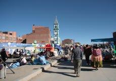 人们在El女低音,拉巴斯,玻利维亚的星期天市场上 免版税图库摄影