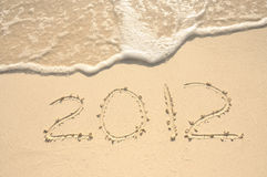 El año 2012 escrito en arena en la playa Imágenes de archivo libres de regalías