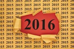 El año 2016 aparece a través del papel rasgado con 2015 años Foto de archivo libre de regalías