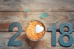 El Año Nuevo 2018, balneario fijó en la tabla, el coco y la sal de baño de madera, piedra en la forma de un corazón Fotografía de archivo libre de regalías